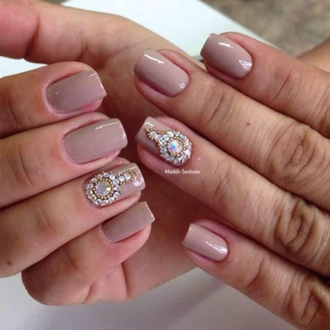 Use pedrinhas para decorar as suas unhas (Foto: Divulgação)