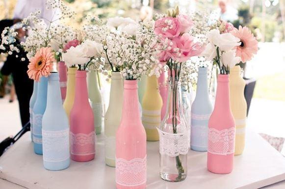 Vasos confeccionados com garrafas. (Foto: Reprodução/Byalcione)