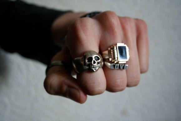 Usar vários anéis ao mesmo tempo é possível (Foto Ilustrativa)