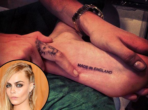"Cara Delevigne tatuou a frase ""Made in England"" na sola do pé (Foto Ilustrativa)"