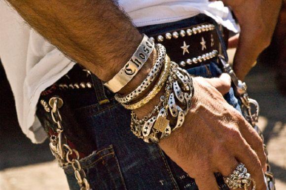 Colares, pulseiras, anéis e brincos, entre outras joias, também são adoradas pelo público masculino (Foto Ilustrativa)