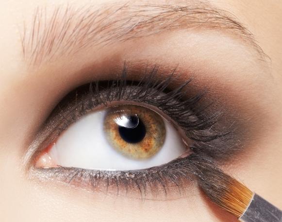 O olho esfumado é uma maquiagem que está super em alta. (Foto Ilustrativa)