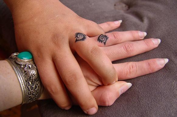 Escolher um símbolo em comum para tatuar é uma opção interessante. (Foto: Reprodução/iystwowgold)