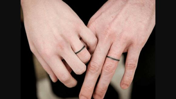 Tatuagens que parecem anéis. (Foto: Reprodução/tattoo-designsn)
