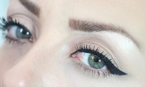 O olho gatinho deve ser feito com uma caneta delineadora. (Foto: Reprodução/mdemustache)