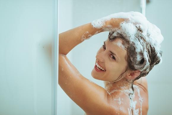 A primeira etapa do detox é a aplicação do shampoo de limpeza profunda. (Foto Ilustrativa)