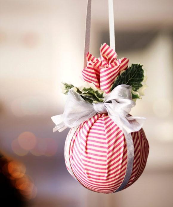 Bola natalina decorada com tecido. (Foto: Reprodução/Goodhousekeeping)