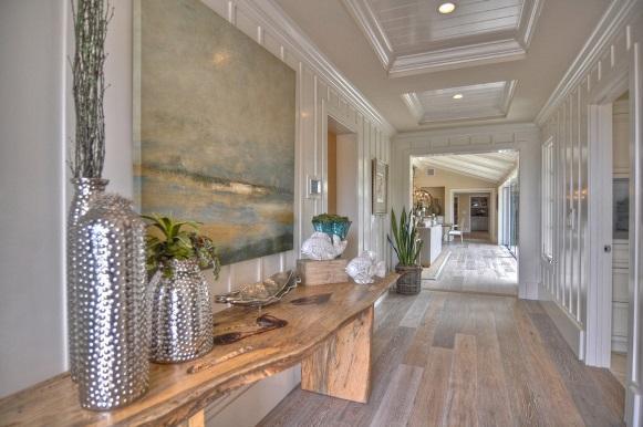 Os móveis podem ser usados para decorar um corredor grande. (Foto: Reprodução/Florinadascalescu)
