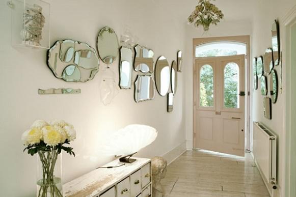 Os espelhos também podem ser usados para decorar o corredor. (Foto: Reprodução/Arrumadíssimo)