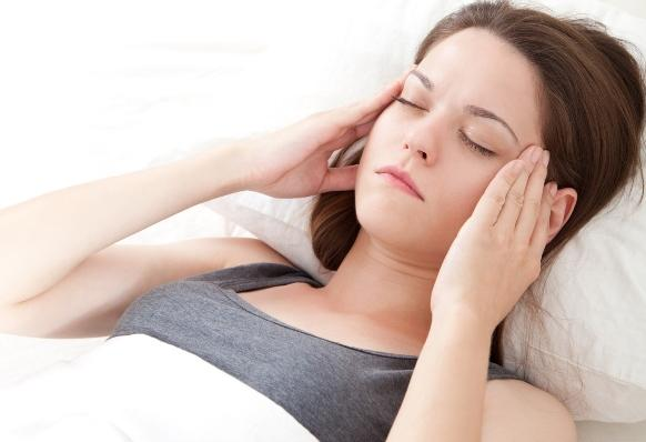Além da dor nos lados da cabeça, a pessoa sofre com sensibilidade a luz e som. (Foto Ilustrativa)
