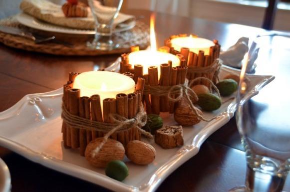Velas decoram o centro da mesa. Velas em potes de vidro. (Foto: Reprodução/Homestoriesatoz)
