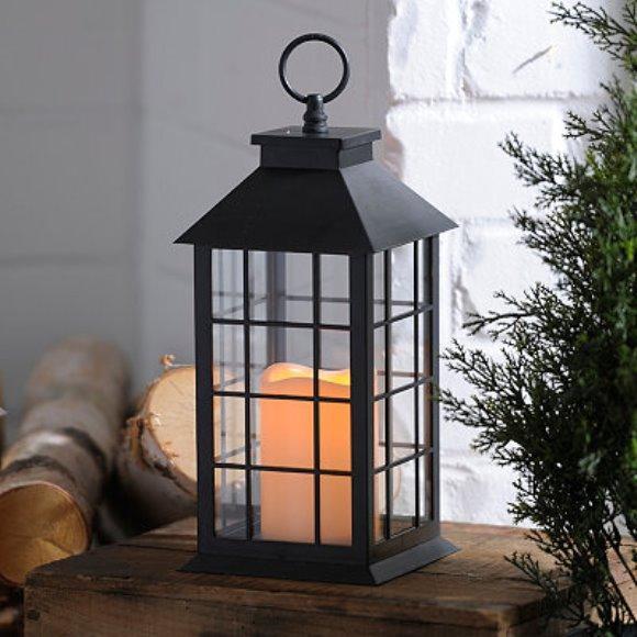 A lanterna pode ser usada como suporte da vela. (Foto: Reprodução/Kirklands)
