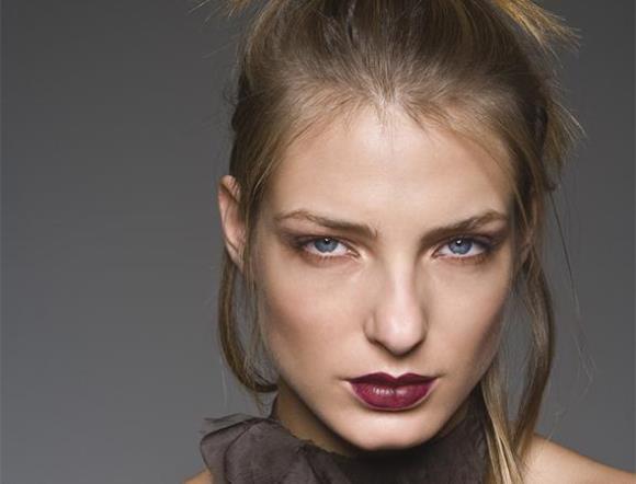 A década de 90 lançou muitas tendências de maquiagem. (Foto: Reprodução/pgeveryday)