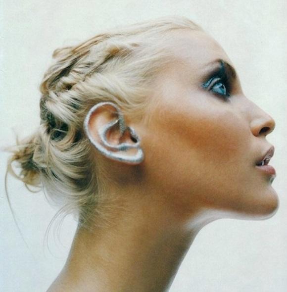 A maquiagem pode ser feita na orelha inteira ou apenas no lóbulo. (Foto: Reprodução/Fashionist)