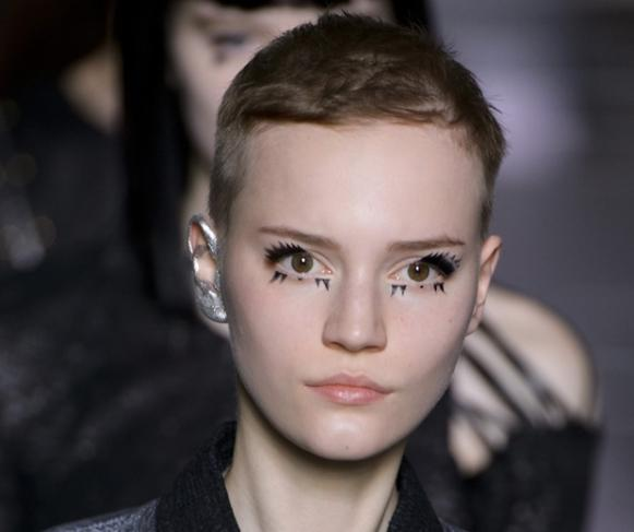 Maquiagem na orelha aparece nos desfiles. (Foto: Reprodução/Look.co.uk)