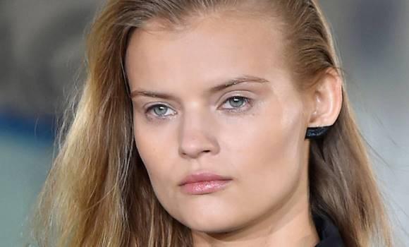 Já pensou em maquiar a orelha? Pois essa é uma nova tendência nas passarelas. (Foto: Reprodução/Cosmopolitan)