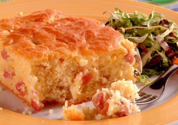 Um delicioso pedaço de torta de mussarela. (Foto Ilustrativa)