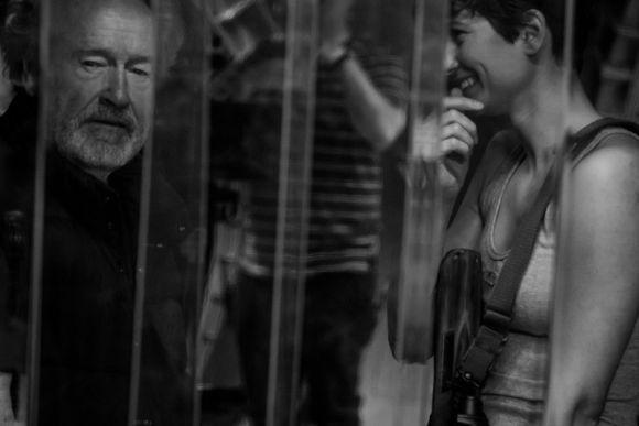 O diretor Ridley Scott em conversa com a atriz Katherine Waterston (Foto: Reprodução internet)
