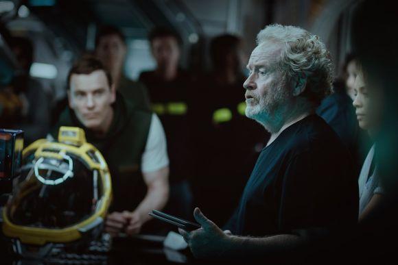 Ridley Scott conversando com o elenco (Foto: Reprodução internet)