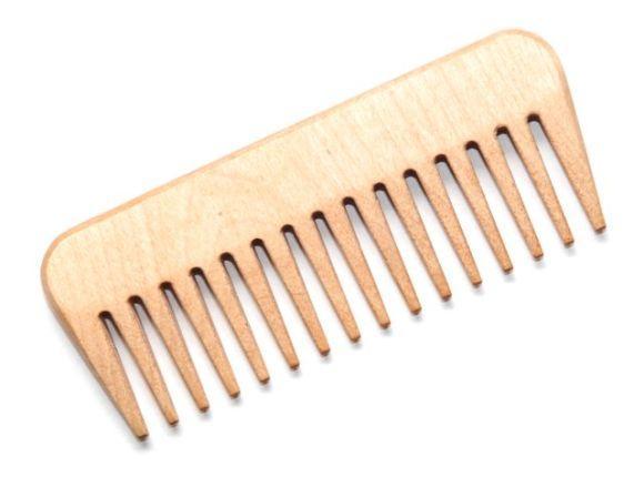 Use pente de dentes largos e, se possível, de madeira (Foto Ilustrativa)