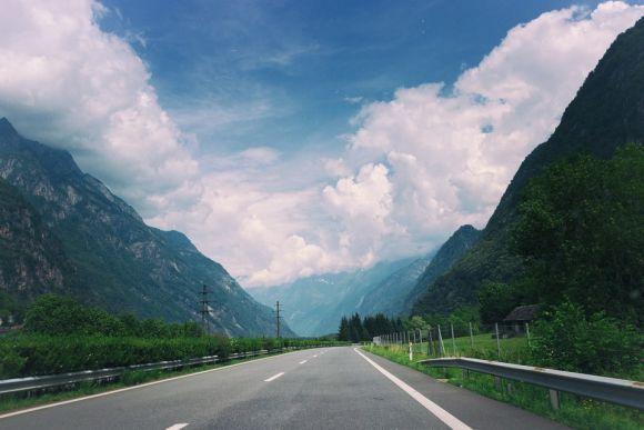 Mesmo que esteja com muito sol, é preciso ligar o farol baixo ao entrar em qualquer estrada (Foto Ilustrativa)