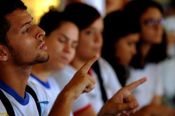 O curso forma profissionais capacitados para atuar no atendimento a pessoas surdas (Foto Ilustrativa)