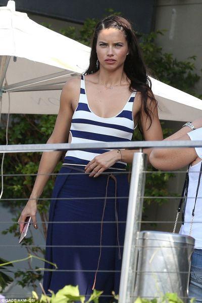 Adriana Lima combinou bem o estilo (Foto: Reprodução internet)