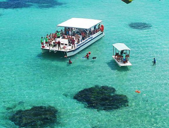 Os passeios de barco fazem sucesso no litoral de Maragogi (Foto: Reprodução Maragogi Online)