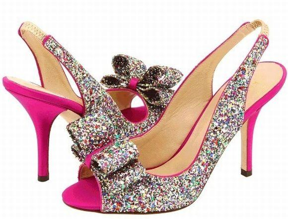 Os sapatos brilhosos podem ser usados também durante o dia (Foto Ilustrativa)