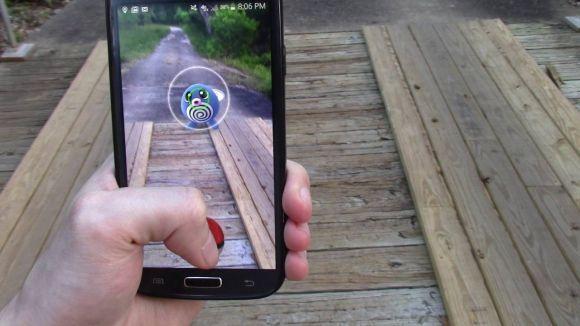 Ao lançar a PokéBola, preste atenção nos arcos ao redor da criatura (Foto: Reprodução internet)