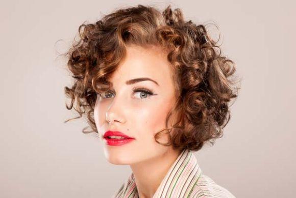O corte curto está em alta entre as mulheres de cabelos ondulados (Foto Ilustrativa)