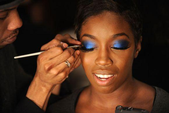 A maquiagem colorida combina bastante com o tom de pele mais escura (Foto Ilustrativa)