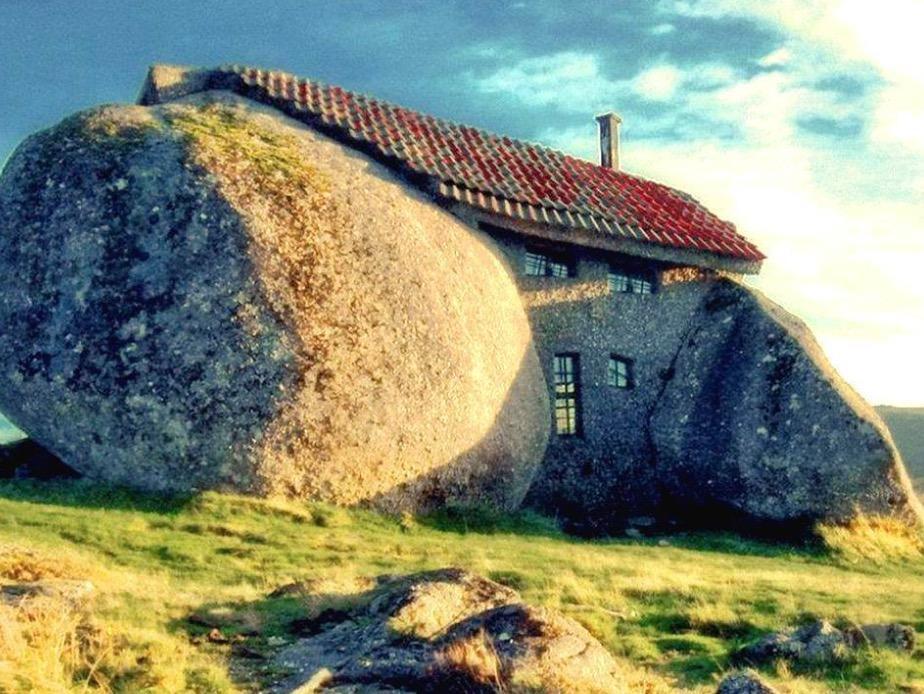 Ao olhar para essa imagem temos uma sensação muito estranha, não sabemos se é uma pedra ou uma casa. No caso é os dois e fica em Portugal (Foto: Divulgação)