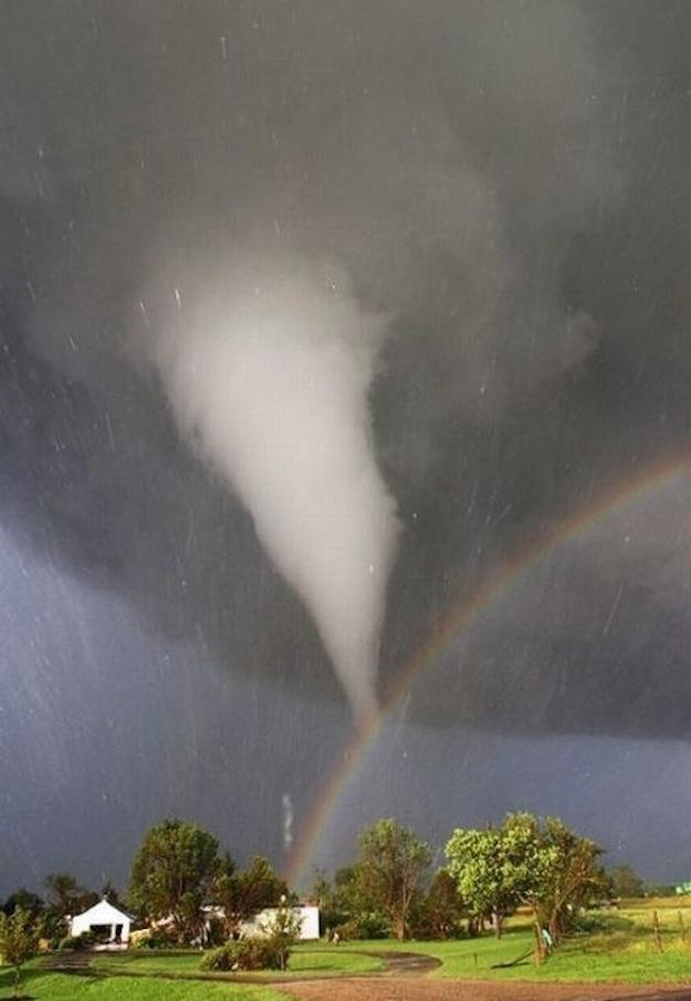 Um tornado e um arco-íris sobre o Kansas, EUA (Foto: Divulgação)