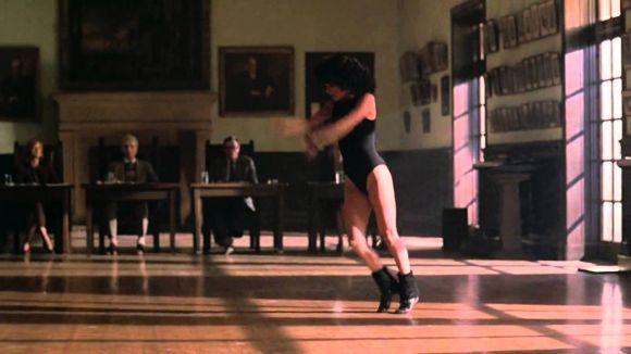 No filme Flashdance, vemos a polaina e a lycra, símbolos da moda anos 80 (Foto: Reprodução)