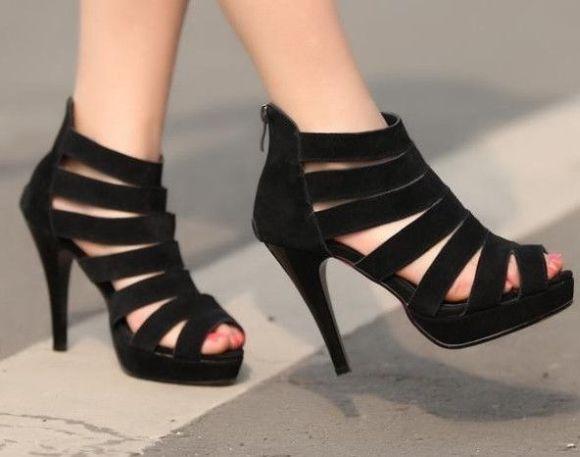 As sandálias de salto pretas combinam com looks elegantes (Foto Ilustrativa)
