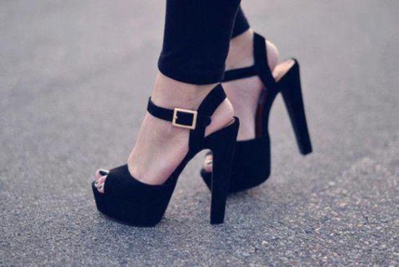 22 opções de sandálias pretas com salto (Foto Ilustrativa)
