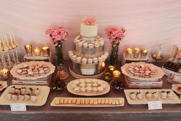 O bolo pode estar junto aos doces ou ter uma mesa só para ele (Foto Ilustrativa)