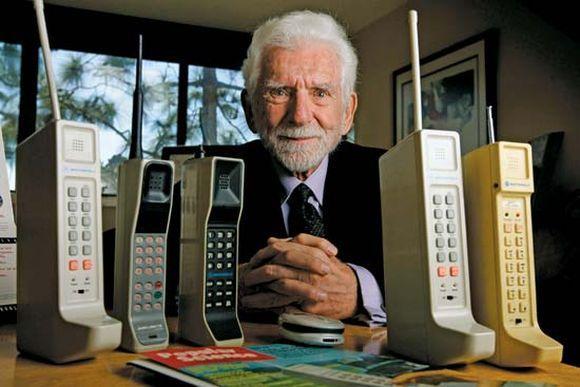 Martin Cooper e o primeiro celular da história, usado em 1973 (Foto: Reprodução)
