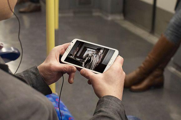 Assistir TV no celular hoje em dia é algo que pode ser feito em qualquer lugar (Foto: Reprodução)