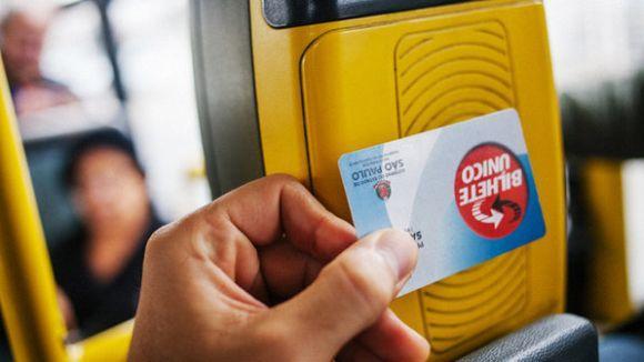 Basta aproximar o cartão do leitor para ter acesso ao transporte de sua preferência (Foto: Reprodução SPTrans)
