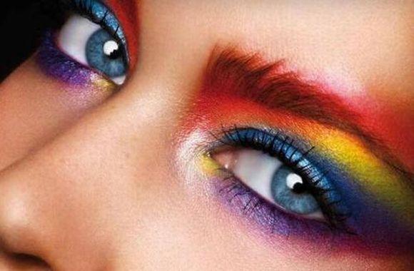 A maquiagem color block é bastante chamativa (Foto Ilustrativa)