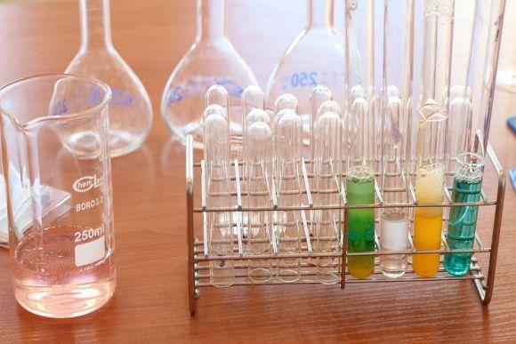 Um dos cursos é na área de Química (Foto Ilustrativa)