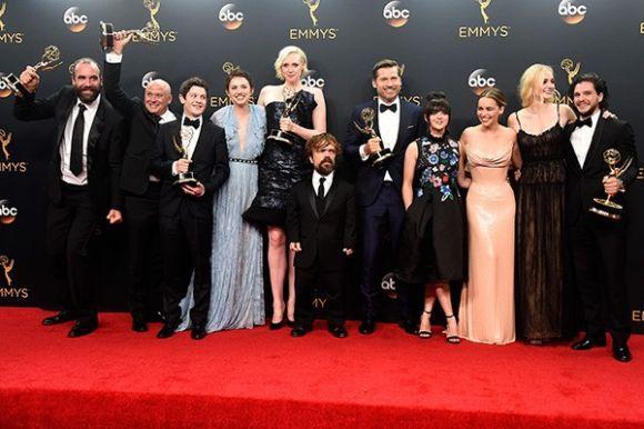 Elenco de Game of Thrones comemora os troféus conquistados na premiação (Foto: Reprodução)