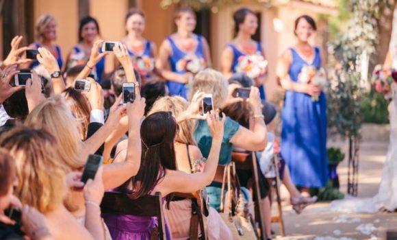 Ficar o tempo inteiro tirando fotos dos noivos não é legal (Foto Ilustrativa)