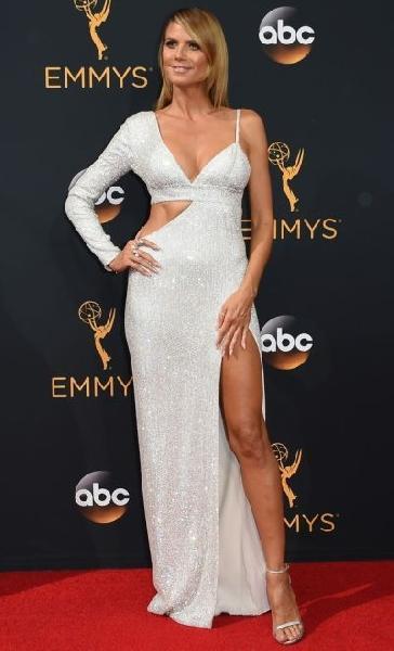 Heidi Klum e seu modelo super sexy (Foto: Reprodução Emmy Awards)