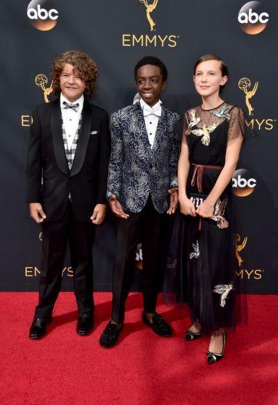 Millie Bobby Brown e seus colegas da série Stranger Things (Foto: Reprodução Emmy Awards)