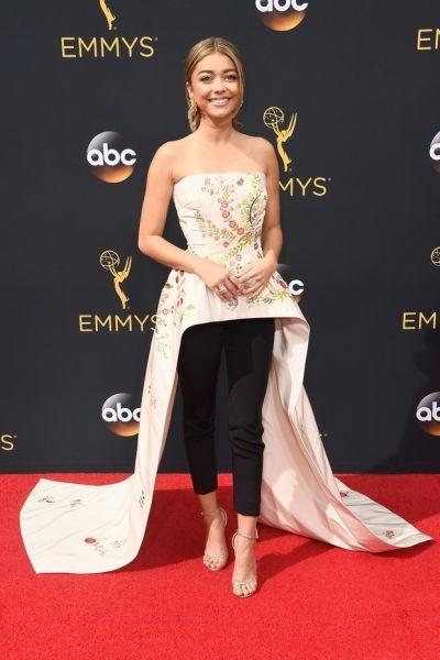 O modelo de Sarah Hyland recebeu comentários bem diferentes (Foto: Reprodução Emmy Awards)