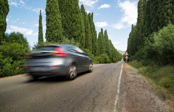 A lei do farol baixo na estrada durante o dia está em vigor desde julho (Foto Ilustrativa)