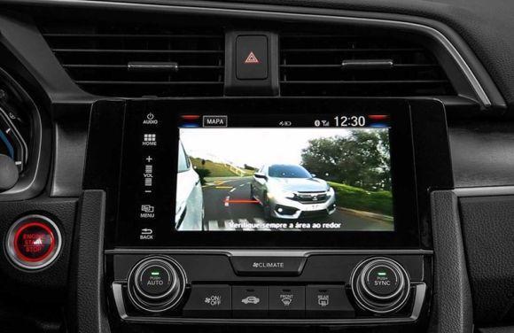 A câmera no retrovisor aumenta a segurança durante as mudanças de faixas (Foto: Divulgação Honda)